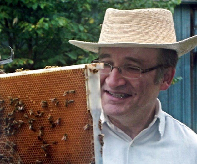 CATCH THE BUZZ – Ernesto Guzman Named Research chair in bee health at Guelph
